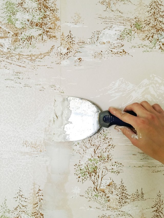 How to easily apply paint over hard to remove wallpaper ehow for How hard is it to remove wallpaper