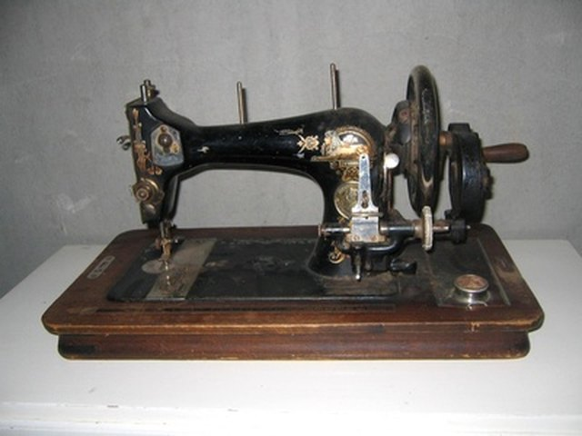 How to Thread a Vintage Sewing Machine | eHow