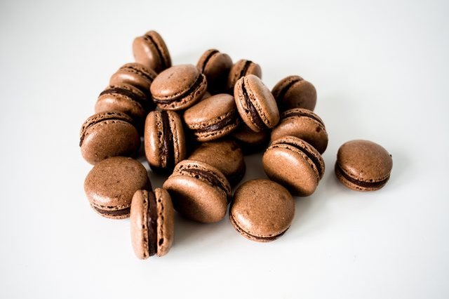 How to make chocolate macarons.