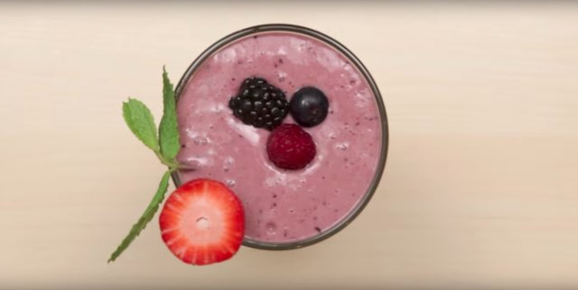 Mixed berry and flaxseed smoothie