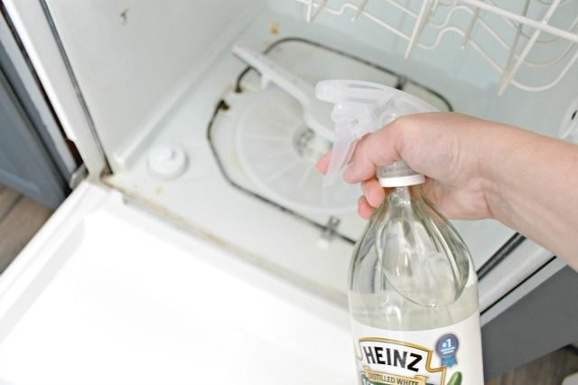 Naturally clean the inside of a dishwasher