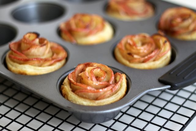 Mini rose-shaped apple pies