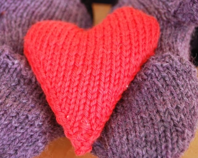 How to knit a heart-shaped hand warmer