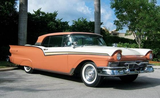 The 1957 Ford Fairlaine 500 featured a motorized retractable hardtop.