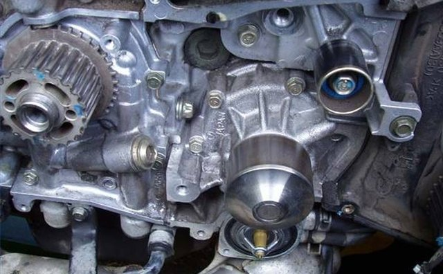 Water pump (center right) without drive belts or timing chain