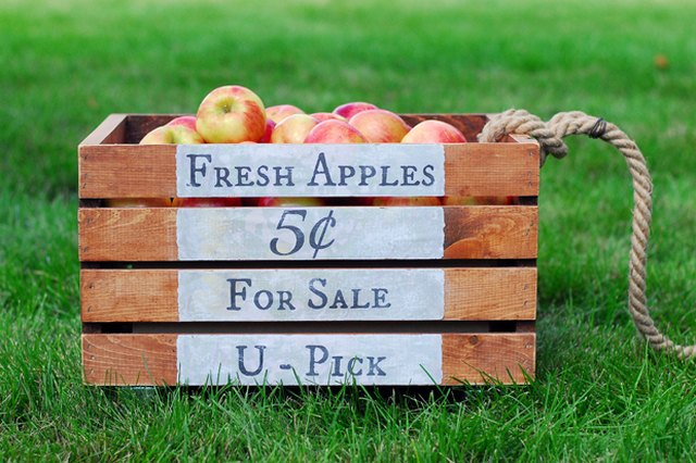 Make Your Own Apple Crate With Wheels for Fall