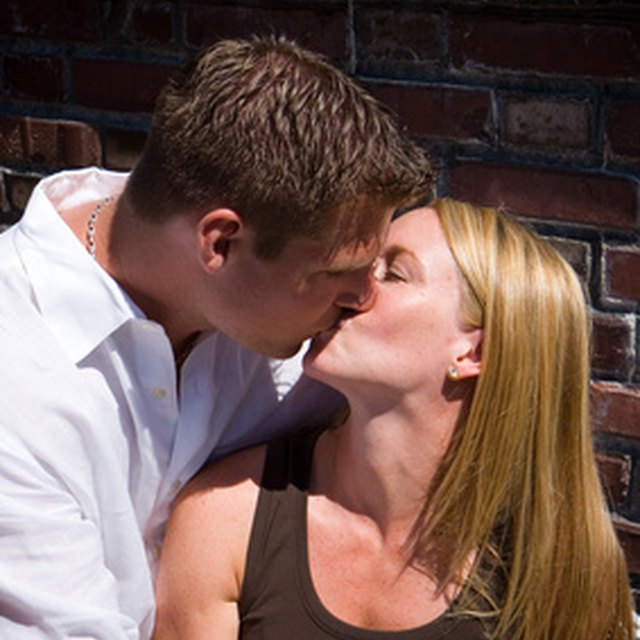 How to Tell If a Woman Wants to Kiss You