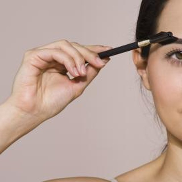 How to Use Coffee Grinds to Darken the Eyebrows