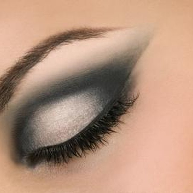 How to Apply Dark Colors on Your Eyelids