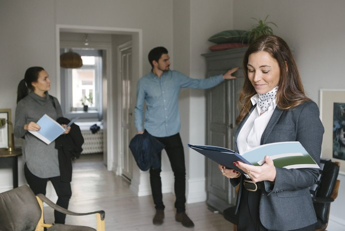 Can a Landlord Show a Rental Property While a Tenant is Paying Rent & Living There?