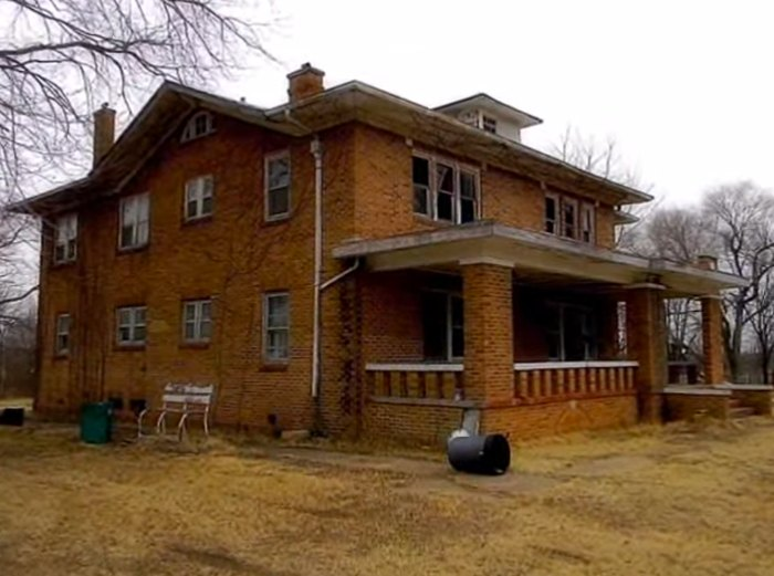 This Abandoned 1920s Oklahoma Mansion Is Hauntingly Beautiful