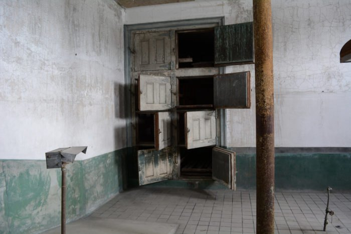 15 Haunting Photos From Inside Ellis Island's Creepy