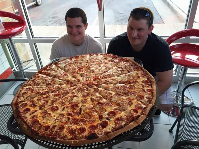 6 Biggest Pizzas In Illinois We Bet You Wont Be Able To Eat