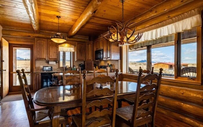 the kitchen in Almosta Ranch Lodge in Wyoming