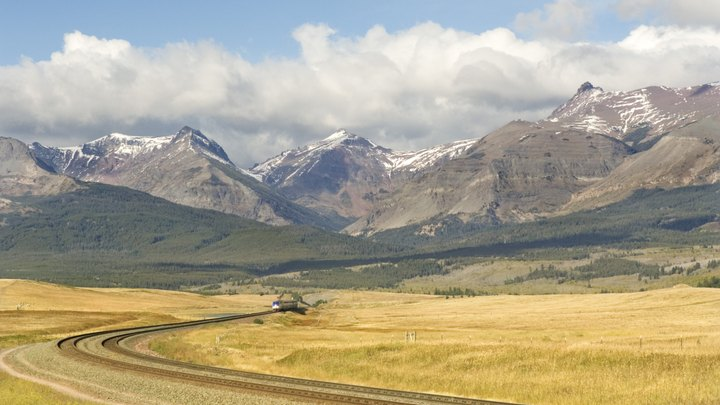 Traveling from Montana to Colorado gives you a priceless vista of the soaring Rockies as the mountains meet sweeping grasslands. Getting from one point to another through these sprawling states isn't always economical, though. Picking the right mode of transportation will get you from Big Sky Country to the Centennial State with more money left in your pocket.