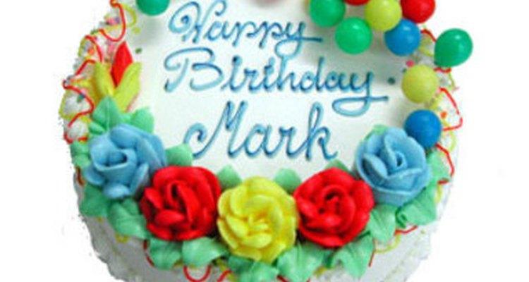 Aquí hay un gran ejemplo de una torta de cumpleaños para un hombre, usando glaseado decorativo, decoración plástica y un buen esquema de color.