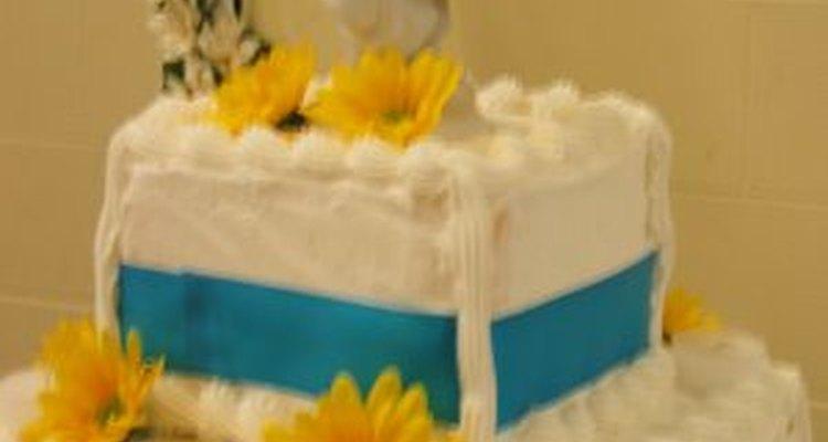 Envolver el pastel con una cinta es una tendencia de boda moderna.