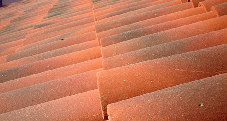 Cómo caminar sobre un techo de tejas.
