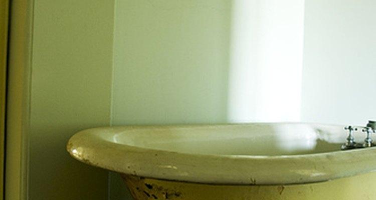 Faça sua banheira parecer nova com um trabalho de pintura