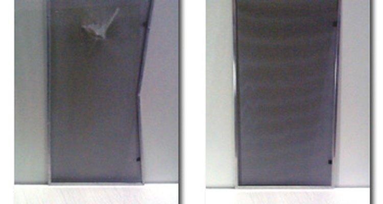 La sustitución de una pantalla para mosquitos que tiene roturas o agujeros en ella es una tarea necesaria para todos los propietarios.