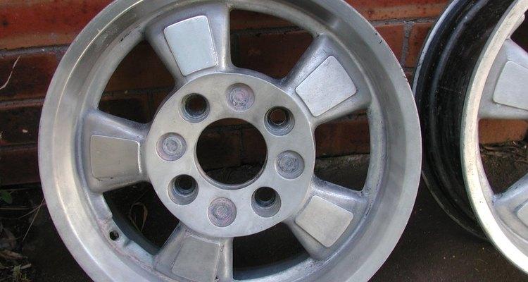 La pintura de auto manchó el aluminio.