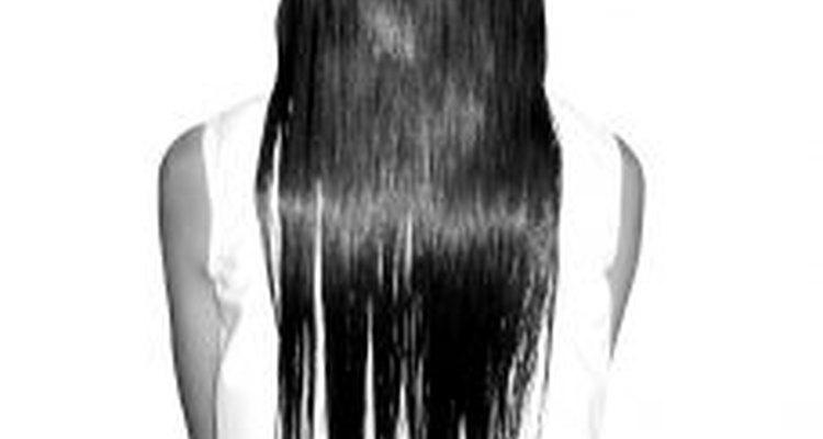 Si ya no quieres tener más el cabello rizado, alísalo con la solución para permanentes.
