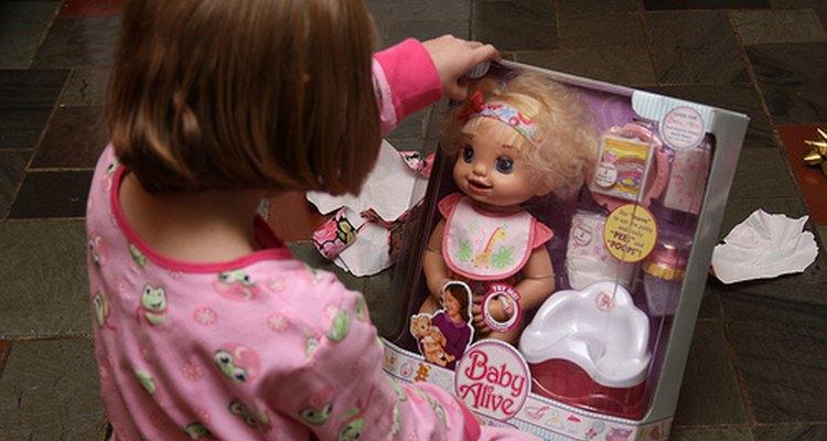 Menina com a nova boneca Baby Alive