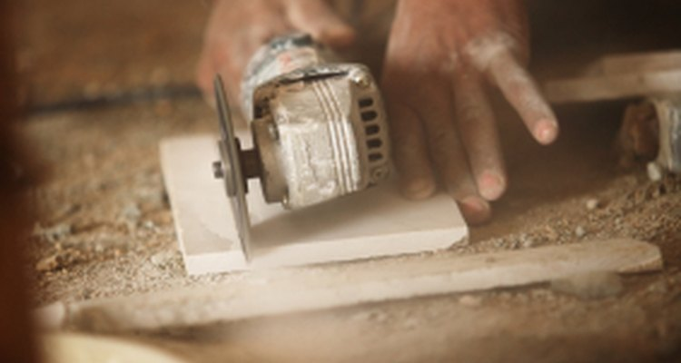 Baldosas de cerámica en pleno proceso de corte.