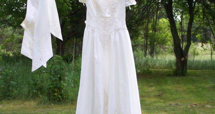 Vestido de novia secándose en el tendedero.
