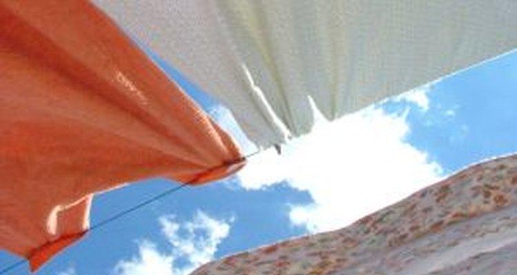 La ropa secada en un tendedero es refrescada por el aire, y aclarada por los rayos del sol.