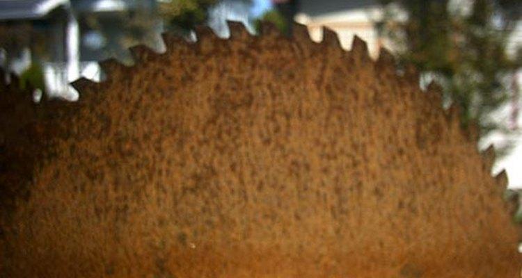 Oxidada vieja hoja de sierra.