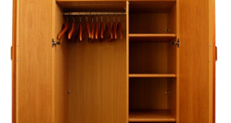 La organización es la clave para mantener el armario ordenado.