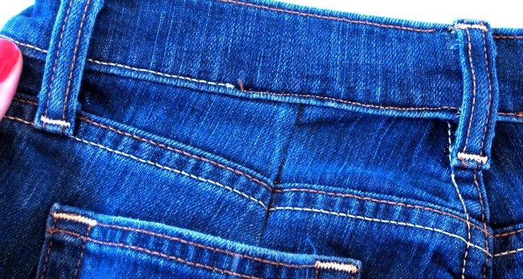 Aprende cómo modificar la cintura de un par de pantalones de mezclilla.