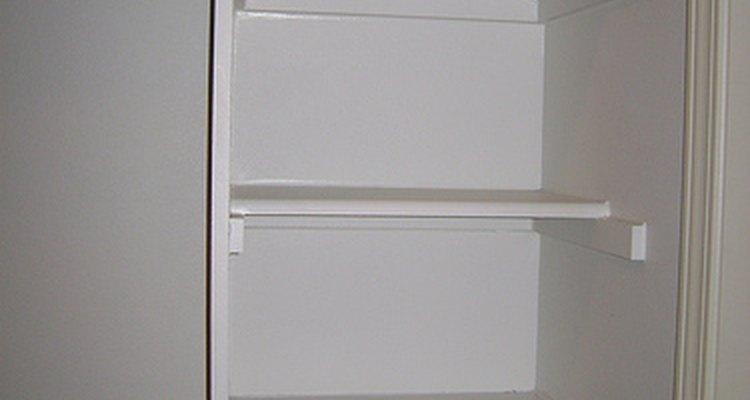 Maximizar el espacio de almacenamiento en un closet, añadiendo estantes de madera tú mismo, brinda una rentabilidad positiva y práctica.