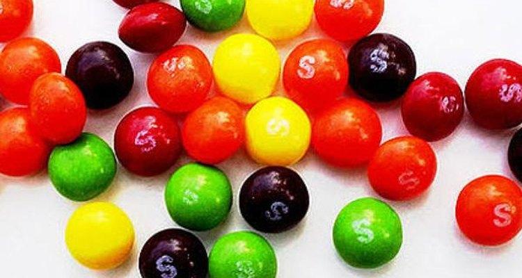 """El eslogan de Skittles puede ser """"Prueba el arco iris"""" pero varias bolsas de este dulce pueden hacer que sea como un """"Prueba la obesidad""""."""