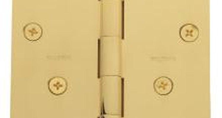 Si los tornillos de la bisagra están tan flojos que ni siquiera se pueden desenroscar del marco, presiona una espátula contra sus cabezas mientras giras el tornillo hacia la izquierda para quitarlo.