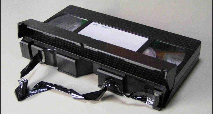 Consertar uma fita de videocassete danificada requer paciência e dedos firmes