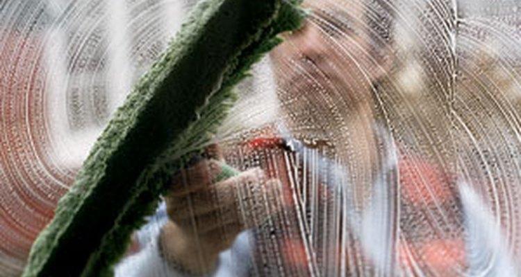 Puedes limpiar las ventanas con viejos métodos como el del papel periódico y el del vinagre, o elegir técnicas más modernas.