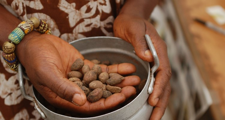 Shea nut extraction (Flickr Photo/whiteafrican)