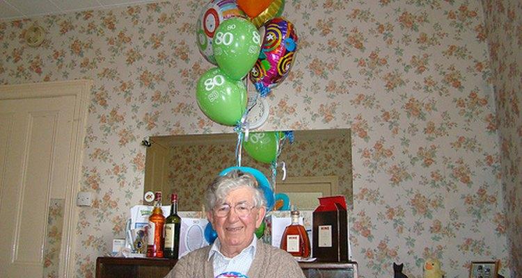 El cumpleaños número 80 es una hazaña y debes ser reconocida por la inventiva decoración del pastel.