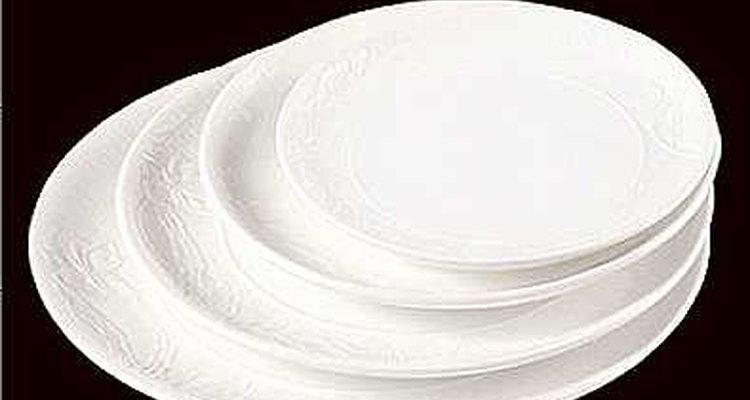 Use moldes de gesso se quiser desenhos em relevo  na superfície dos pratos