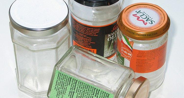 Quita las etiquetas de los frascos de vidrio para usarlos en otros proyectos.