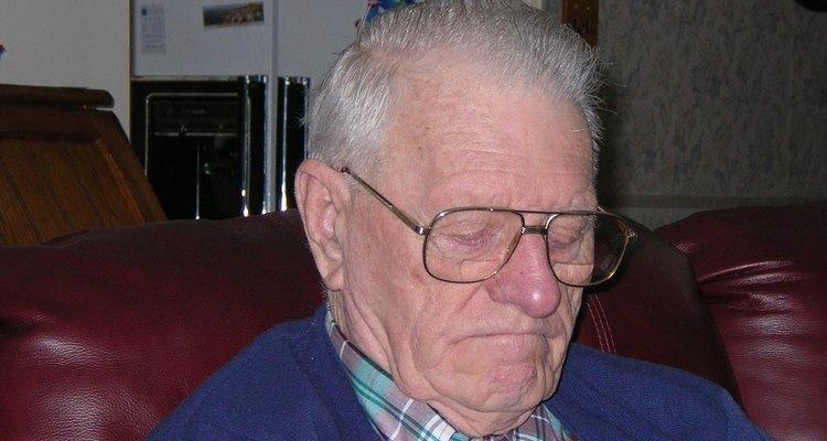 El pelo gris plateado tiende a volverse amarillento.