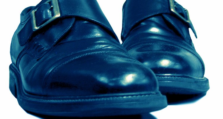 Los zapatos negros nuevos a menudo vienen con un brillo en ellos que puede ser demasiado brillante.