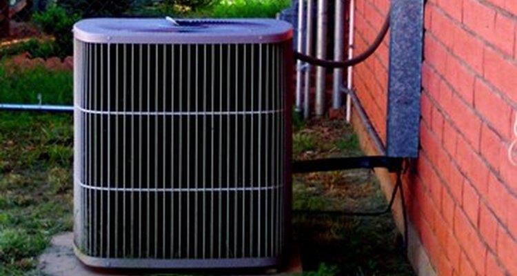 Si deseas instalar una unidad de aire acondicionado de ventana para enfriar una habitación individual o si estás poniendo una unidad de aire acondicionado central para enfriar la casa entera, es bueno recordar que lo más grande no es necesariamente lo mejor.