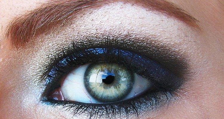 Los tatuajes de cejas crean la ilusión óptica de cejas gruesas y llenas.