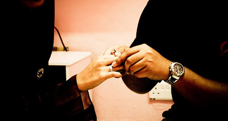 Investiga si la chica que te interesa tiene algún compromiso sentimental.