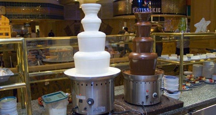 Derreter chocolate para fontes de chocolate é um processo simples