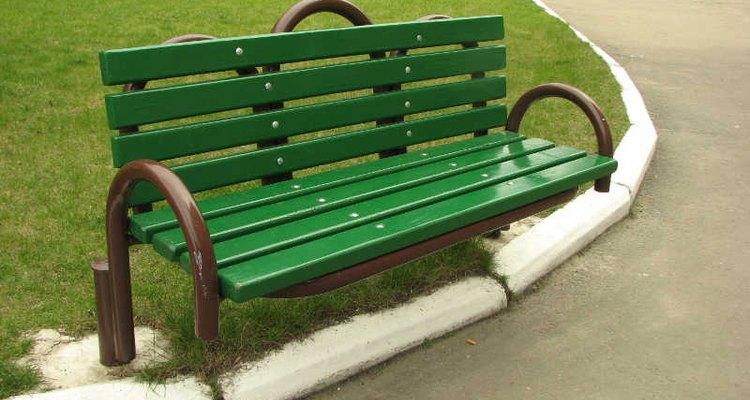 Pinta o recubre tus muebles metálicos para darles una mayor durabilidad.
