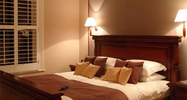 Una habitación para una pareja casada debe ser limpia, ordenada y elegante sin ningún tipo de fuerte inclinación hacia los adornos exagerados o de poca densidad.